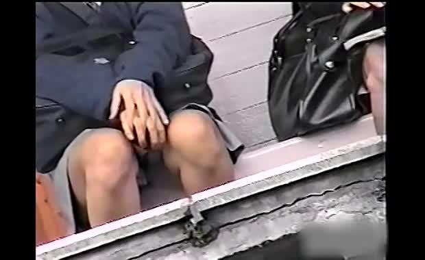 正面座りパンチラ