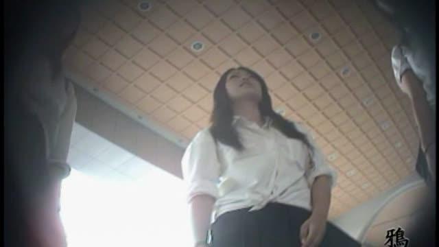 【JK逆さ撮り動画】始業式だし、駅周辺で遊んでる女子校生のパンチラ狙っ...